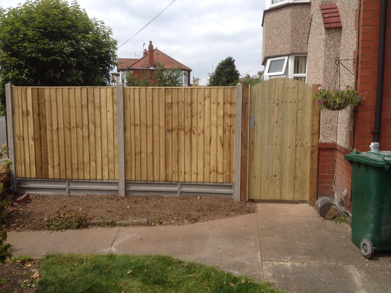 P r fencing gates arch top gate with feather edge panels gravel boards and concrete posts cheylesmore baanklon Gallery